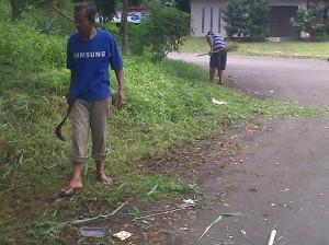 Warga setempat ikut membantu mebersihkan jalan